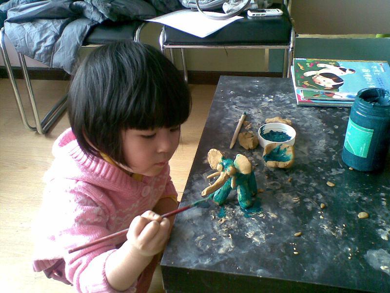周末,和妈妈一起完成一幅粘贴画后,又困又累,坐在桌边安静的